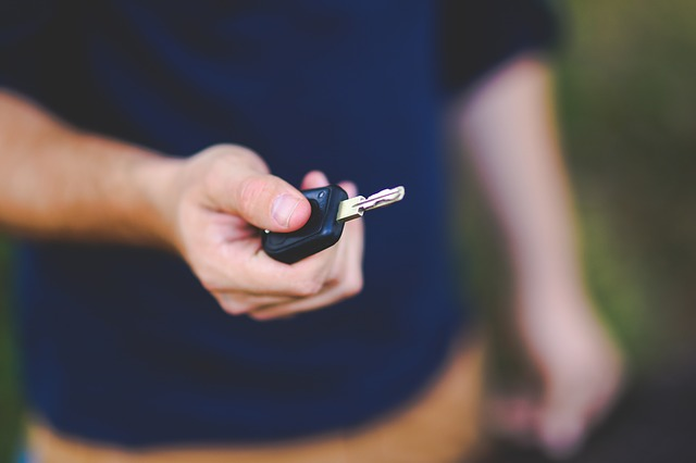 klíč od auta v ruce.jpg