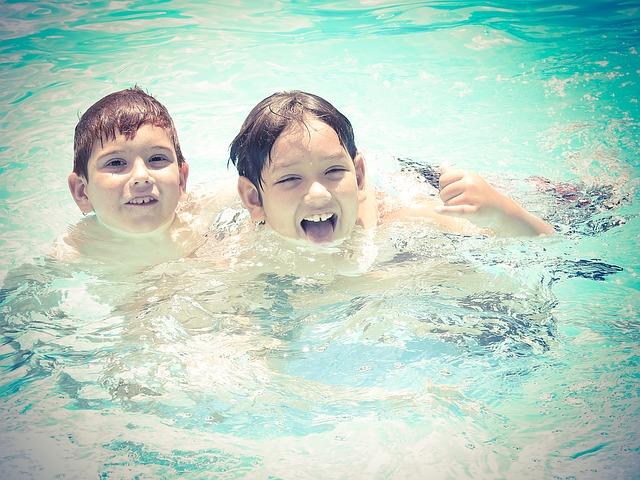 chlapci v bazénu.jpg